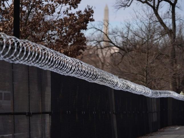 Washington trước lễ nhậm chức: Hàng rào sừng sững như pháo đài, xe Humvee lượn khắp phố ảnh 2