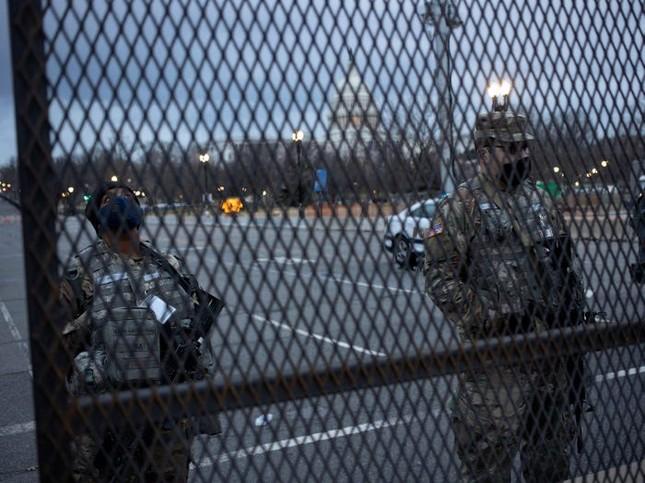 Washington trước lễ nhậm chức: Hàng rào sừng sững như pháo đài, xe Humvee lượn khắp phố ảnh 3
