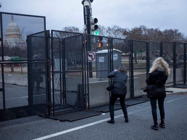 Washington trước lễ nhậm chức: Hàng rào sừng sững như pháo đài, xe Humvee lượn khắp phố ảnh 4