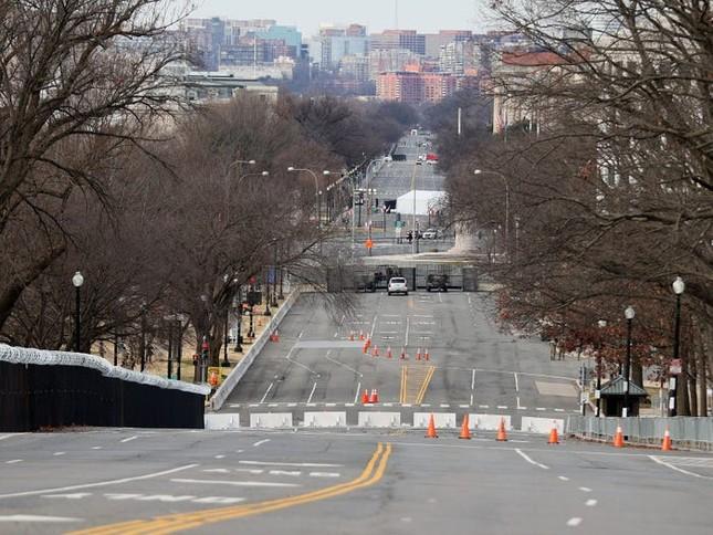 Washington trước lễ nhậm chức: Hàng rào sừng sững như pháo đài, xe Humvee lượn khắp phố ảnh 6