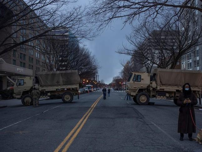 Washington trước lễ nhậm chức: Hàng rào sừng sững như pháo đài, xe Humvee lượn khắp phố ảnh 5