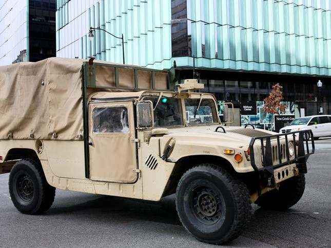Washington trước lễ nhậm chức: Hàng rào sừng sững như pháo đài, xe Humvee lượn khắp phố ảnh 7