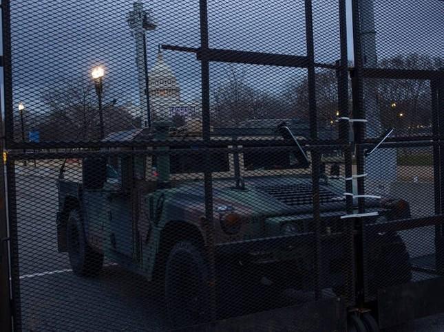 Washington trước lễ nhậm chức: Hàng rào sừng sững như pháo đài, xe Humvee lượn khắp phố ảnh 8