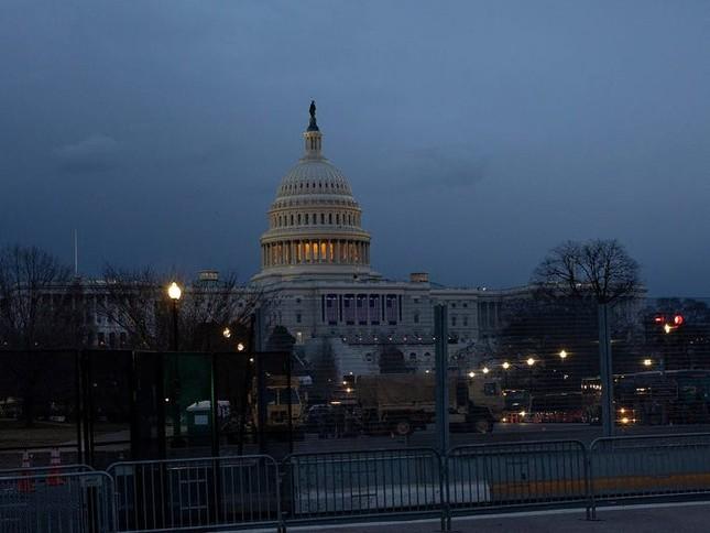 Washington trước lễ nhậm chức: Hàng rào sừng sững như pháo đài, xe Humvee lượn khắp phố ảnh 9