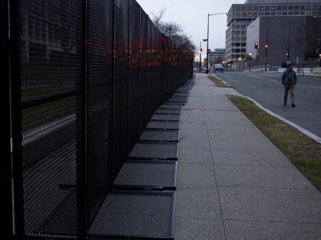 Washington trước lễ nhậm chức: Hàng rào sừng sững như pháo đài, xe Humvee lượn khắp phố ảnh 10
