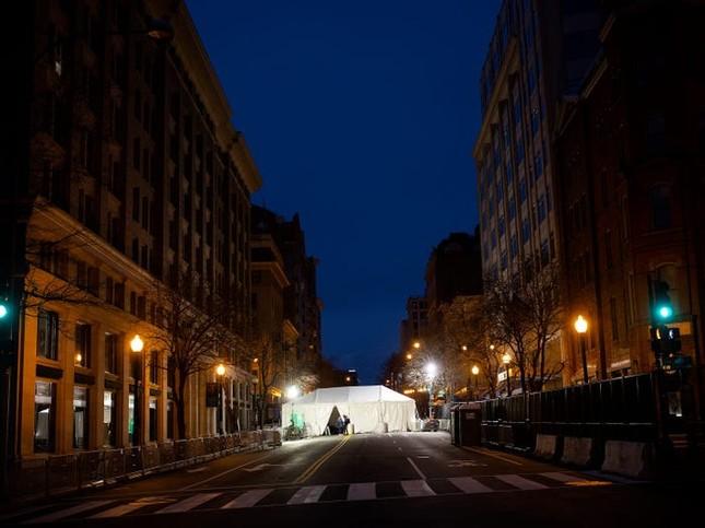 Washington trước lễ nhậm chức: Hàng rào sừng sững như pháo đài, xe Humvee lượn khắp phố ảnh 12