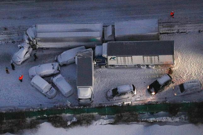 Cả trăm chiếc xe đâm dồn toa trên cao tốc Nhật Bản, 18 người thương vong ảnh 2