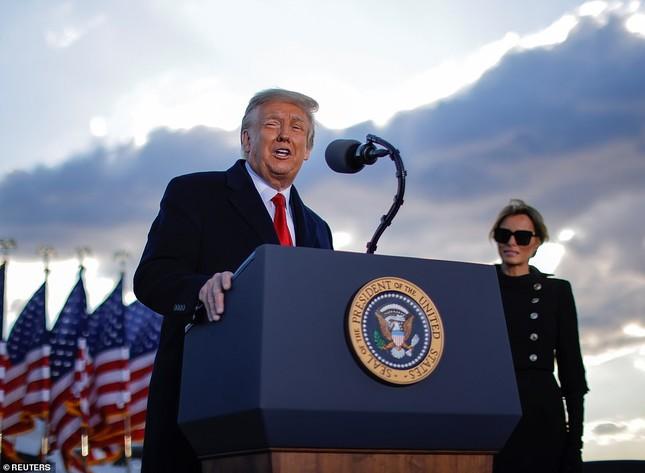 Người hâm mộ nhảy múa đón ông Trump về Florida ảnh 8