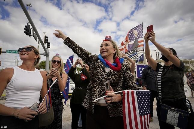 Người hâm mộ nhảy múa đón ông Trump về Florida ảnh 4