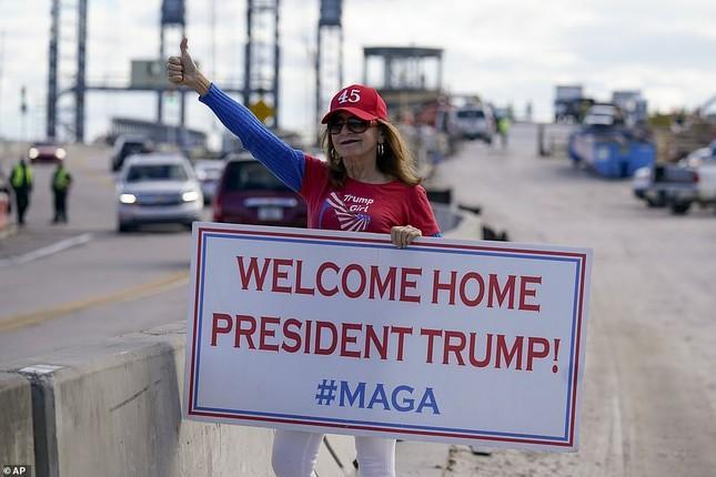 Người hâm mộ nhảy múa đón ông Trump về Florida ảnh 5