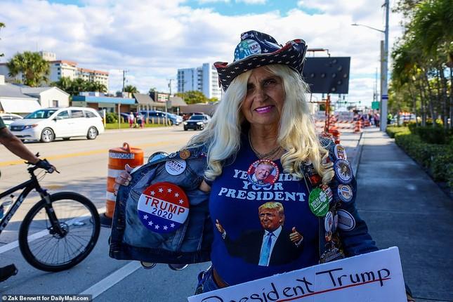 Người hâm mộ nhảy múa đón ông Trump về Florida ảnh 7