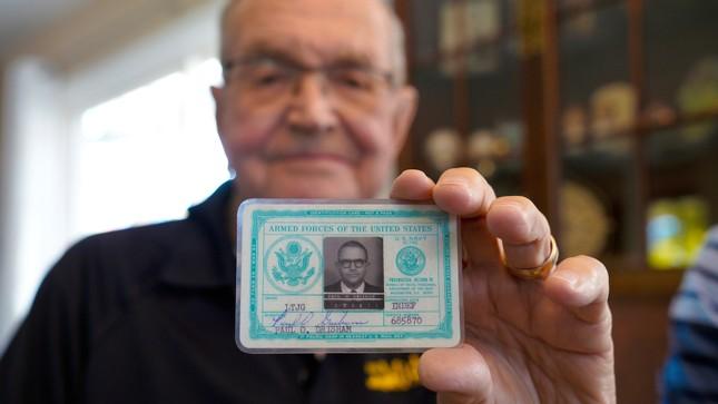 Cụ ông bất ngờ nhận được chiếc ví đánh rơi 53 năm trước ở Nam Cực ảnh 2