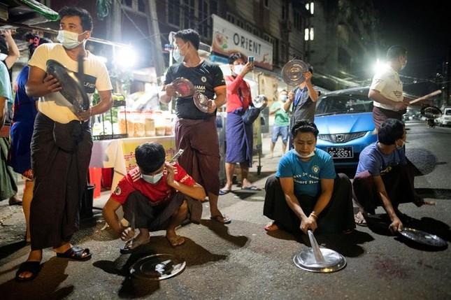 Myanmar: Dân tránh gọi điện thoại, dùng mật mã vì sợ bị nghe lén ảnh 9