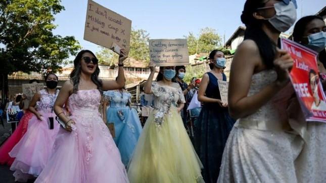 Myanmar: Quân đội đột kích trụ sở đảng NLD, cảnh sát bắt đầu về phe người biểu tình ảnh 1