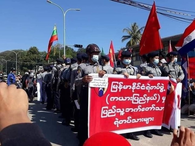Myanmar: Quân đội đột kích trụ sở đảng NLD, cảnh sát bắt đầu về phe người biểu tình ảnh 3