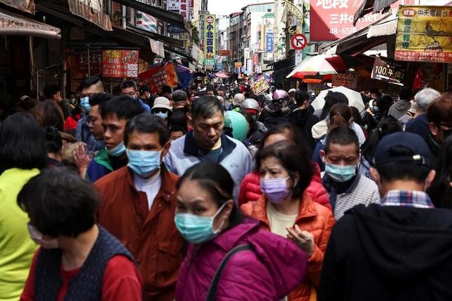 Khắp châu Á trang hoàng lung linh, người dân đeo khẩu trang đi sắm Tết ảnh 11