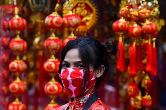 Khắp châu Á trang hoàng lung linh, người dân đeo khẩu trang đi sắm Tết ảnh 6