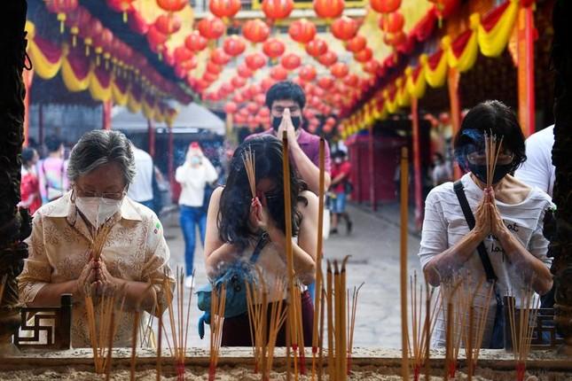 Khắp châu Á trang hoàng lung linh, người dân đeo khẩu trang đi sắm Tết ảnh 7