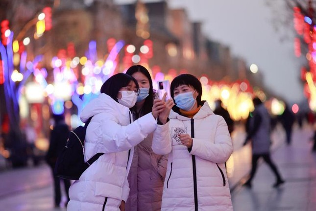 Khắp châu Á trang hoàng lung linh, người dân đeo khẩu trang đi sắm Tết ảnh 20
