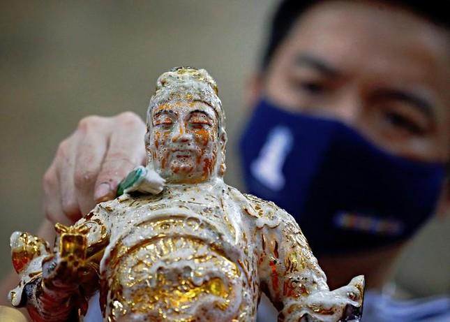 Khắp châu Á trang hoàng lung linh, người dân đeo khẩu trang đi sắm Tết ảnh 4