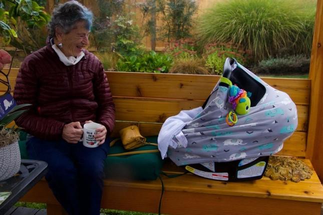 Cụ bà 90 tuổi đi bộ gần 10km dưới trời tuyết để được tiêm vắc-xin ngừa COVID-19 ảnh 1