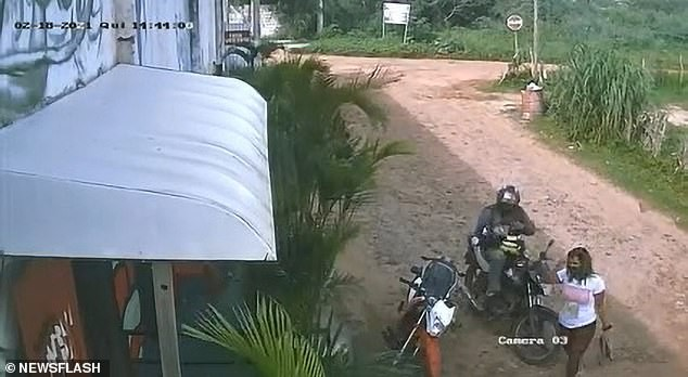 Brazil: Vợ cuồng ghen, đột kích quán bar nã súng điên cuồng vào bạn nhậu của chồng ảnh 1