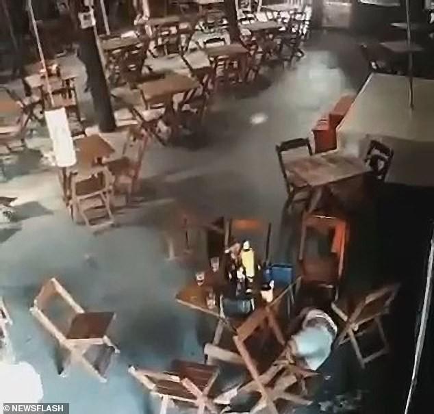 Brazil: Vợ cuồng ghen, đột kích quán bar nã súng điên cuồng vào bạn nhậu của chồng ảnh 3