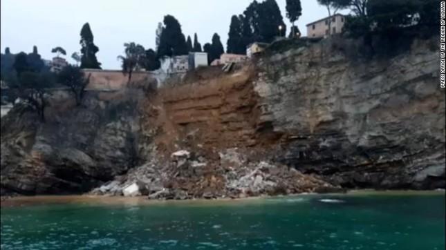 Ý: Nghĩa trang sạt lở, hàng trăm quan tài rơi xuống biển ảnh 1