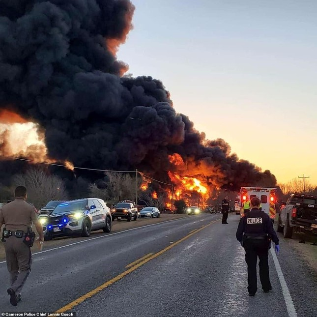Xe tải đâm tàu chở dầu rồi phát nổ, lái tàu và tài xế sống sót thần kì ảnh 1