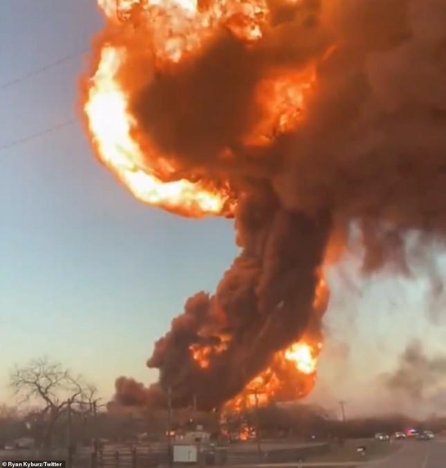 Xe tải đâm tàu chở dầu rồi phát nổ, lái tàu và tài xế sống sót thần kì ảnh 3
