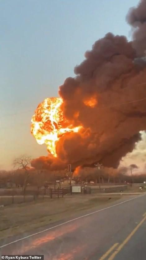 Xe tải đâm tàu chở dầu rồi phát nổ, lái tàu và tài xế sống sót thần kì ảnh 5
