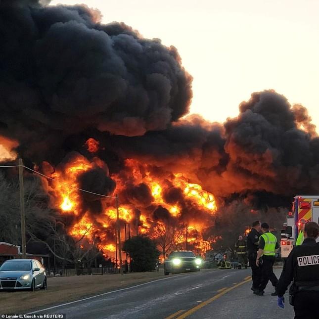 Xe tải đâm tàu chở dầu rồi phát nổ, lái tàu và tài xế sống sót thần kì ảnh 2