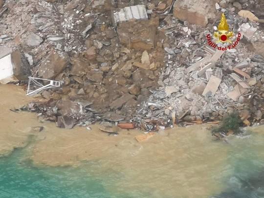 Ý: Nghĩa trang sạt lở, hàng trăm quan tài rơi xuống biển ảnh 3