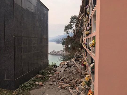 Ý: Nghĩa trang sạt lở, hàng trăm quan tài rơi xuống biển ảnh 4