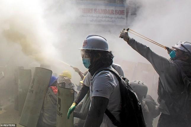 Reuters: 48 người thương vong khi cảnh sát Myanmar đụng độ người biểu tình ảnh 4