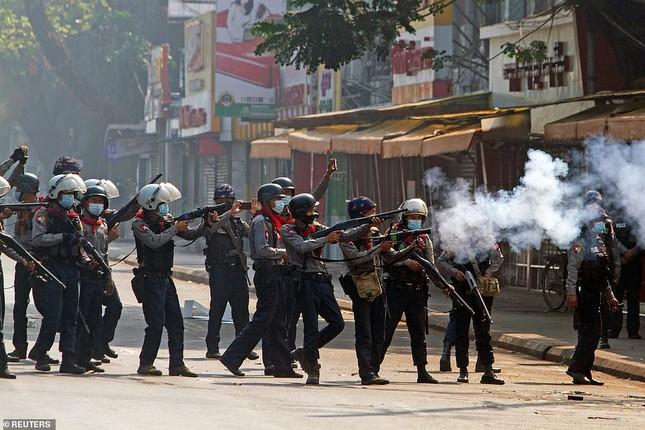 Reuters: 48 người thương vong khi cảnh sát Myanmar đụng độ người biểu tình ảnh 1
