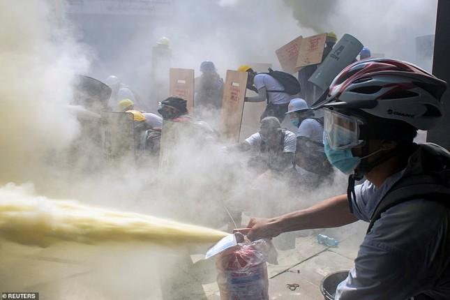 Reuters: 48 người thương vong khi cảnh sát Myanmar đụng độ người biểu tình ảnh 5