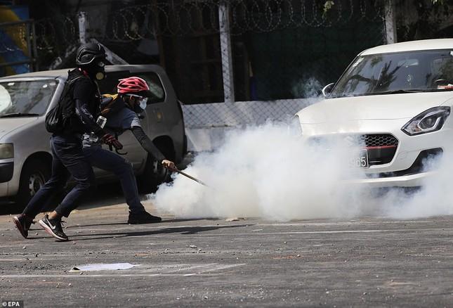 Reuters: 48 người thương vong khi cảnh sát Myanmar đụng độ người biểu tình ảnh 6