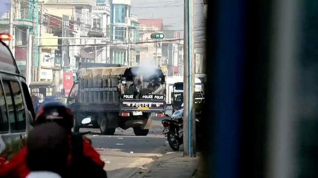 Người biểu tình Myanmar xuống đường bất chấp đổ máu, Mỹ lên án 'bạo lực kinh hoàng' ảnh 4