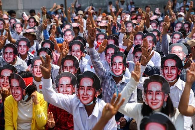 Người biểu tình Myanmar xuống đường bất chấp đổ máu, Mỹ lên án 'bạo lực kinh hoàng' ảnh 1