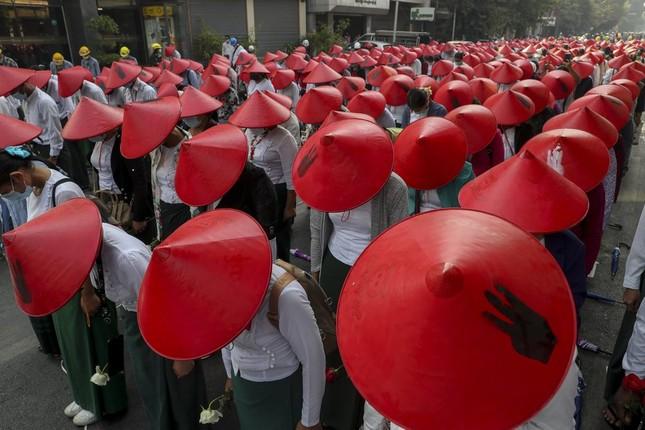 Biểu tình Myanmar: Quân đội điều chiến đấu cơ bay ngang thành phố để thị uy ảnh 2