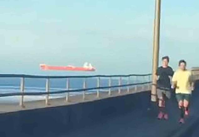 Tròn mắt cảnh con tàu khổng lồ 'trôi lơ lửng' trên đường chân trời ảnh 1