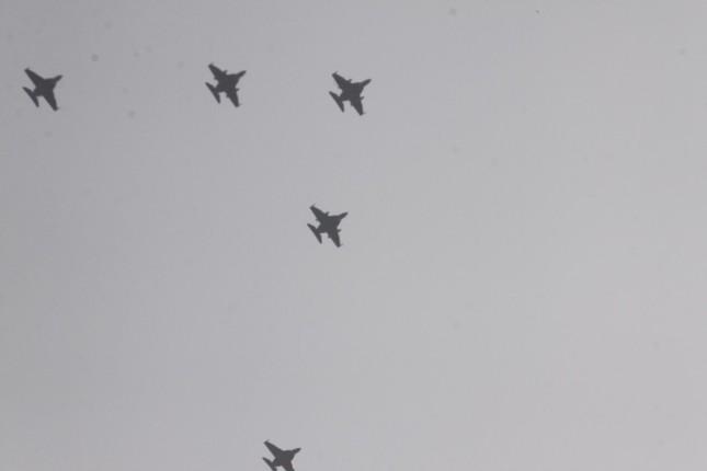 Biểu tình Myanmar: Quân đội điều chiến đấu cơ bay ngang thành phố để thị uy ảnh 4