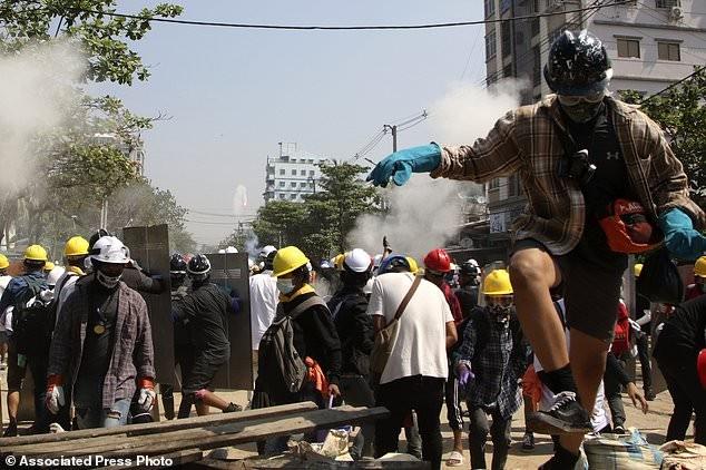 Hàng chục nghìn người Myanmar biểu tình, cảnh sát nổ súng ở cố đô Baga ảnh 1
