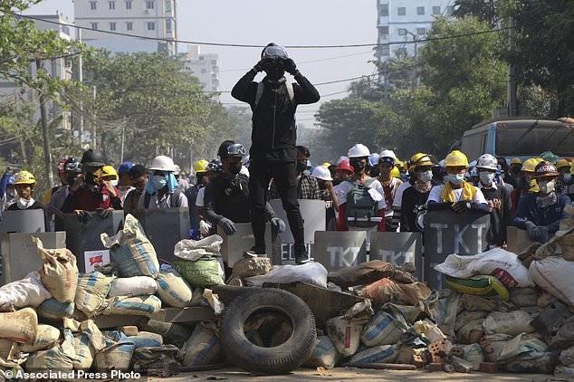 Hàng chục nghìn người Myanmar biểu tình, cảnh sát nổ súng ở cố đô Baga ảnh 2