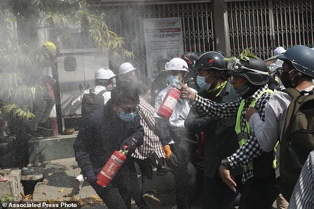 Hàng chục nghìn người Myanmar biểu tình, cảnh sát nổ súng ở cố đô Baga ảnh 3