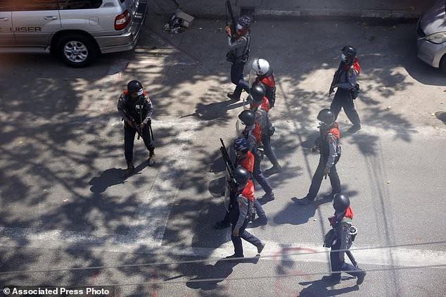 Hàng chục nghìn người Myanmar biểu tình, cảnh sát nổ súng ở cố đô Baga ảnh 4