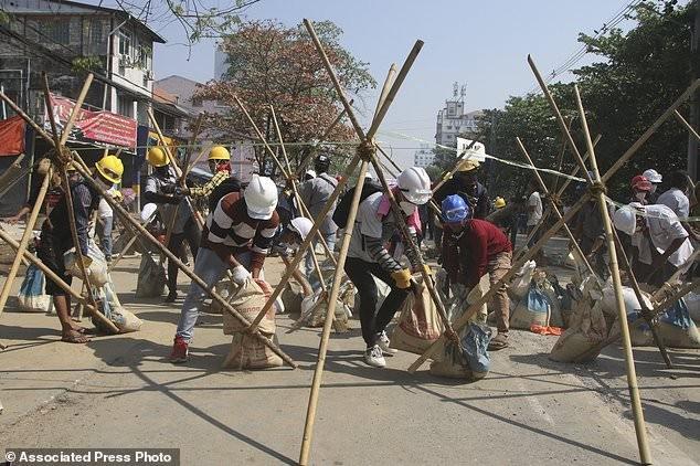 Hàng chục nghìn người Myanmar biểu tình, cảnh sát nổ súng ở cố đô Baga ảnh 6