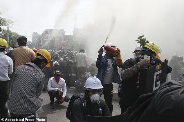 Hàng chục nghìn người Myanmar biểu tình, cảnh sát nổ súng ở cố đô Baga ảnh 7