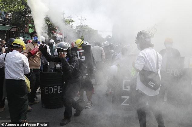 Hàng chục nghìn người Myanmar biểu tình, cảnh sát nổ súng ở cố đô Baga ảnh 9